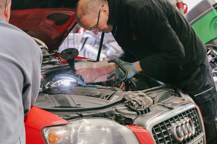 Bảo dưỡng xe ô tô Audi định kỳ.