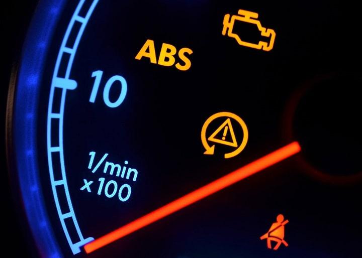 Đèn check engine nhấp nháy.